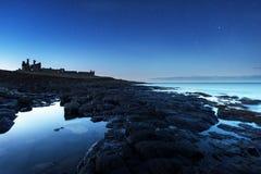 Nuit de château de Dunstaburgh Photo stock