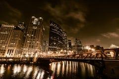 Nuit de Chicago dans d'or photographie stock libre de droits