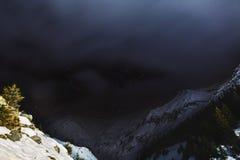 Nuit de ciel avec des étoiles dans les montagnes Photos libres de droits