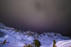 Nuit de ciel avec des étoiles dans les montagnes Photo stock