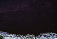 Nuit de ciel avec des étoiles dans les montagnes Photographie stock libre de droits