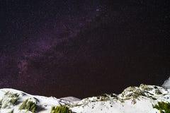 Nuit de ciel avec des étoiles dans les montagnes Photo libre de droits