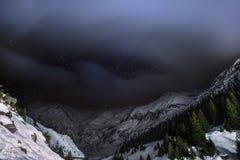 Nuit de ciel avec des étoiles dans les montagnes Image stock