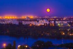 Nuit de clair de lune dans la ville photos libres de droits