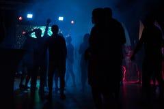 Nuit de danse de disco de boîte de nuit de silhouette de personnes Image libre de droits