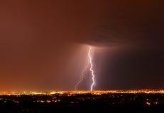 Nuit de foudre dans la ville Edmonton photos stock