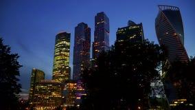 Nuit de gratte-ciel Centre d'affaires banque de vidéos