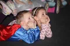 Nuit de Noël enfants à un costume de la partie des enfants, le carnaval de nouvelle année Image stock