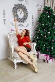Nuit de Noël, fille avec un verre de champagne Photo stock