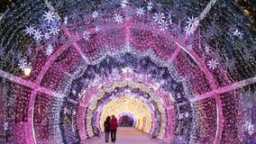 Nuit de Noël sur le boulevard de Tverskoy à Moscou Tunnel décoratif rougeoyant banque de vidéos