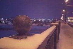 Nuit de nouvelle année dans la ville Paysage, neige, illuminatio de rue Photographie stock libre de droits