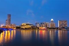 Nuit de paysage urbain de Singapour Photographie stock