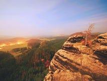 Nuit de pleine lune avec le lever de soleil dans une belle montagne de la De Bohème-Saxe Suisse Images stock