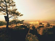 Nuit de pleine lune avec le lever de soleil dans une belle montagne de la De Bohème-Saxe Suisse Photographie stock libre de droits
