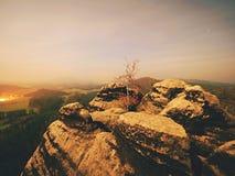 Nuit de pleine lune avec le lever de soleil dans une belle montagne de la De Bohème-Saxe Suisse Photo libre de droits
