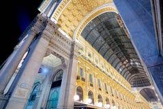 Nuit de puits Vittorio Emanuele II à Milan grand-angulaire images libres de droits