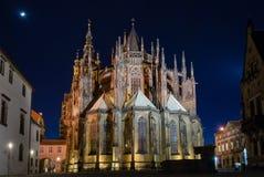 Nuit de rosette de flèche de choeur de façade de dos d'arrière de St Vitus de saint de cathédrale de château de Prague Photographie stock libre de droits