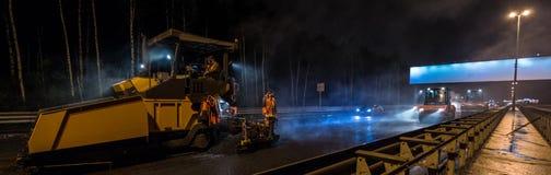Nuit de rouleau de machine à paver d'asphalte Photos libres de droits