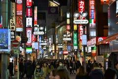 Nuit de rue de Tokyo Shinjuku de lampes au néon Images libres de droits