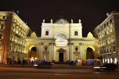 Nuit de St Petersburg, Nevsky Prospekt images stock
