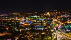 Nuit de Tbilisi sur la forteresse antique de Narikala images stock