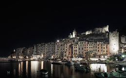 Portovenere, photo de nuit sur le port et l'horizon de village. Terre de Cinque, Ligurie Italie Photos stock