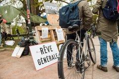 'Nuit Debout' eller 'stående natt' i Place de la Republique Royaltyfri Bild