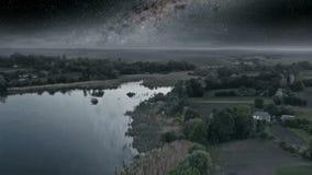 Nuit foncée au-dessus du lac banque de vidéos