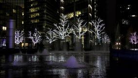 Nuit Londres Fontaine sur un fond des arbres avec des guirlandes clips vidéos