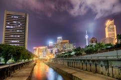 Nuit moderne de ville photographie stock libre de droits
