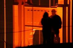 Les couples ombragent sur le pont Images libres de droits