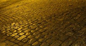 Nuit pluvieuse de vieille de galet rue de pierre Images libres de droits