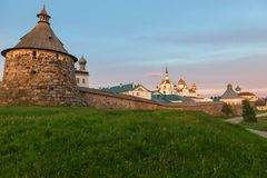 Nuit polaire d'été de Solovetsky Kremlin images libres de droits