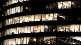 Nuit profonde vue d'immeuble de bureaux banque de vidéos