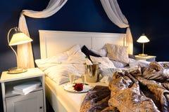 Nuit romantique fripée de chambre à coucher d'hôtel de feuilles Images stock