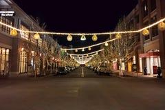 Nuit, rue au détail vide avec des lumières Photo stock