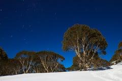 Nuit sur la montagne images stock