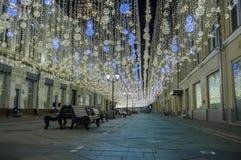 Nuit sur la rue de Nikolskaya images stock