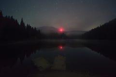 Nuit sur le lac Synevir photos libres de droits