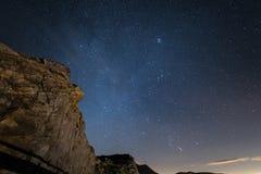 Nuit sur les Alpes sous le ciel étoilé et les falaises rocheuses majestueuses sur les Alpes italiens, avec la constellation d'Ori Photographie stock