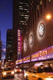 Nuit tirée du théâtre de variétés par radio de ville Images stock