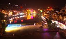 Nuit-vue à la ville de Phoenix, à côté de Tuojiang, la Chine Images stock