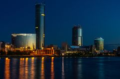 Nuit Yeaterinburg avant lever de soleil Lumières de nuit et rivière d'Iset Photographie stock