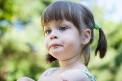 Nukkig boos jong meisje - het mokken en het pruilen Stock Foto