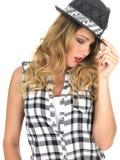 Nukkige Wellustige Jonge Modieuze Vrouw die Zwarte Tilbury Hoed dragen royalty-vrije stock foto
