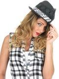 Nukkige Wellustige Jonge Modieuze Vrouw die Zwarte Tilbury Hoed dragen royalty-vrije stock fotografie