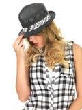 Nukkige Wellustige Jonge Vrouw die Zwarte Tilbury Hoed dragen royalty-vrije stock foto's