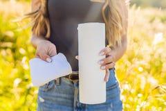 Nul afvalconcept Gebruik een Bamboehanddoek of het wegwerpproduct veegt af nul stock foto's