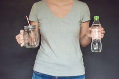 Nul afvalconcept Gebruik een plastic fles of metselaarkruik Nul wast stock fotografie