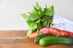 Nul afvalgebruik minder plastiek zegt geen plastic zakconcept/Verse groenten organisch in eco katoenen stoffenzakken op houten li stock foto's